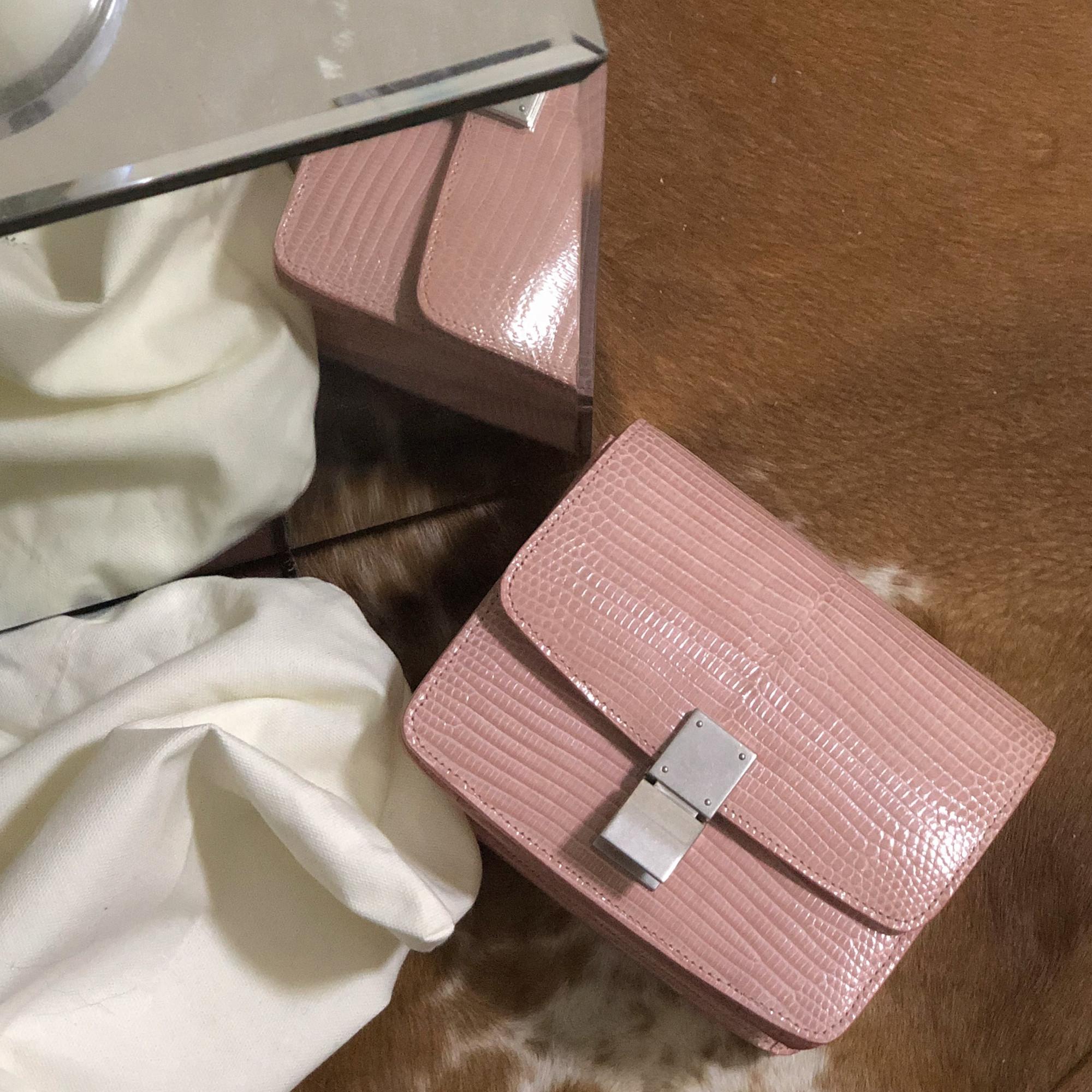 粉色真皮斜跨包