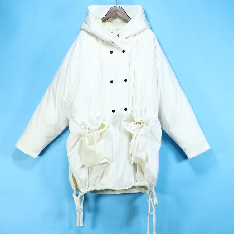 双排扣白色羽绒服