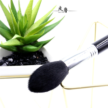 Authorized by the United States, the brand Sigma F25 professional makeup brush.