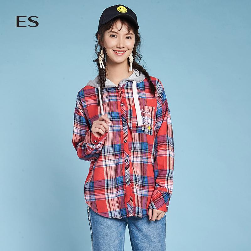 艾格ES2018春新款校园风字母刺绣格子连帽长袖衬衫女8A031407901