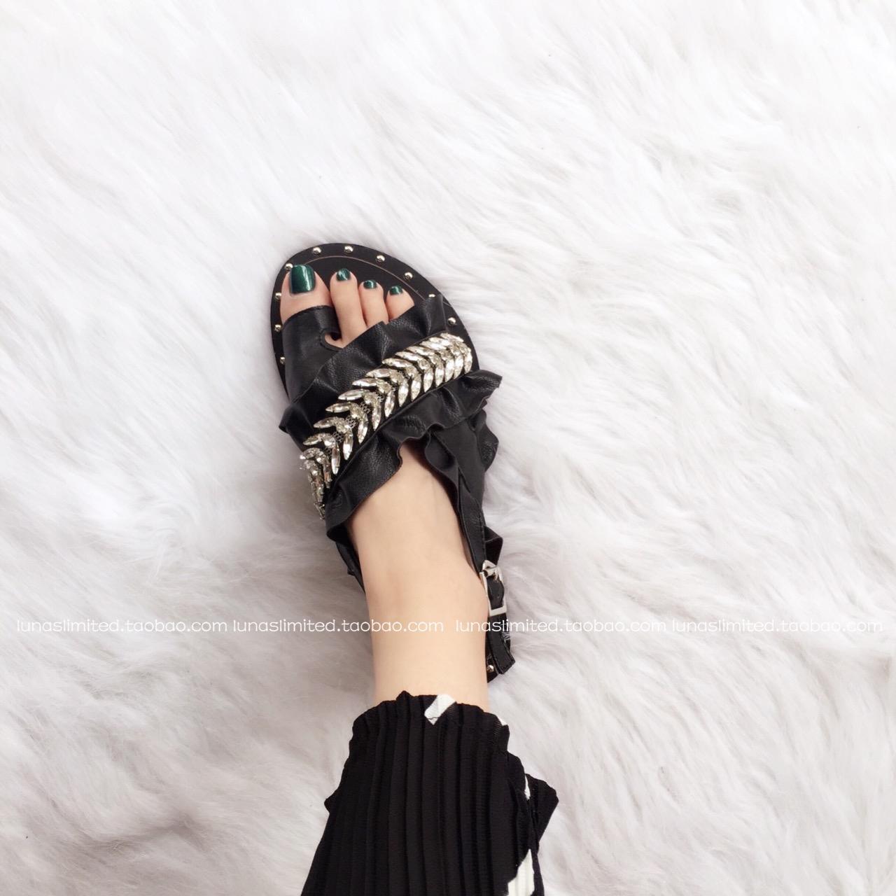 ▲欧美百褶荷叶边叶子水钻套趾交叉斜带软底度假休闲平底凉鞋