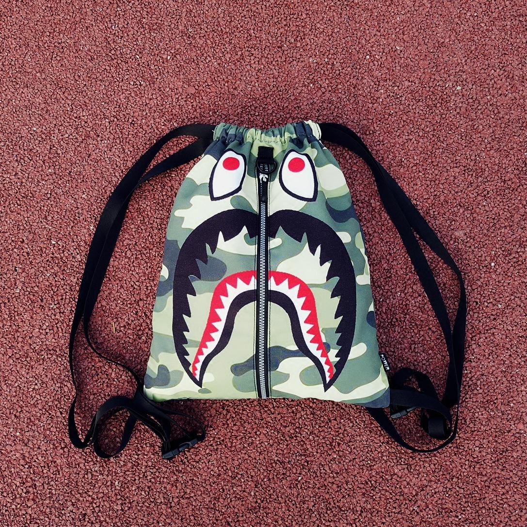 卡通鲨鱼双肩包