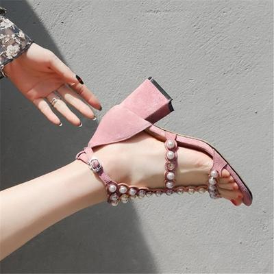 春季时尚新款韩版气质珍珠一字扣高跟粗跟磨砂粉红色露趾女凉鞋