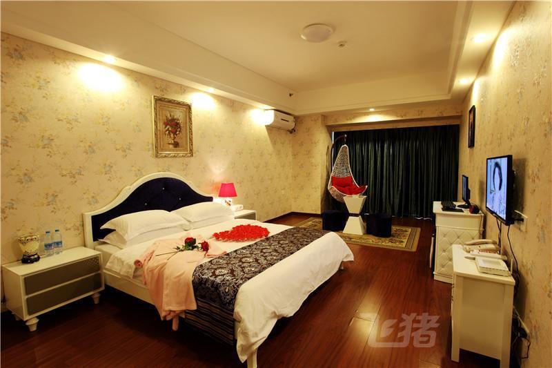 花界爱情酒店(泉州万达店)豪华大床房